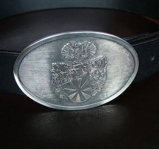Gürtelschnalle Silber: Oberfläche hell poliert, Hintergrund fein schraffiert